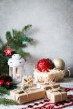 抽象空白背景圣诞节黑暗的装饰设计模式红色的星形 中看不中用的物品蓝色圣诞节构成玻璃 圣诞节礼物,别针 库存图片