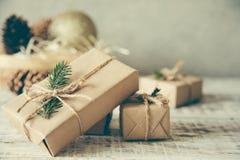 抽象空白背景圣诞节黑暗的装饰设计模式红色的星形 中看不中用的物品蓝色圣诞节构成玻璃 圣诞节礼物,别针 图库摄影
