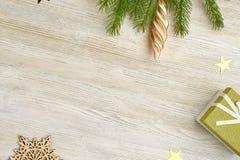抽象空白背景圣诞节黑暗的装饰设计模式红色的星形 以雪花的形式木玩具, Chr 免版税库存图片