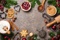 抽象空白背景圣诞节黑暗的装饰设计模式红色的星形 假日烘烤曲奇饼的表与ingr 免版税库存照片