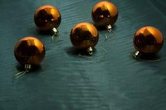 抽象空白背景圣诞节黑暗的装饰设计模式红色的星形 发光球的圣诞节 图库摄影