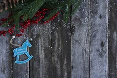 抽象空白背景圣诞节黑暗的装饰设计模式红色的星形 圣诞树、杉木锥体和雪在w 库存图片