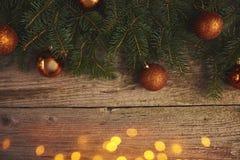 抽象空白背景圣诞节黑暗的装饰设计模式红色的星形 圣诞树和装饰在木 免版税库存图片