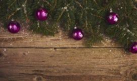 抽象空白背景圣诞节黑暗的装饰设计模式红色的星形 圣诞树和装饰在木 免版税库存照片