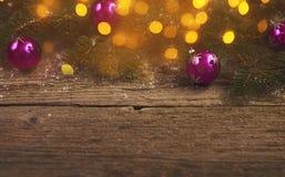 抽象空白背景圣诞节黑暗的装饰设计模式红色的星形 圣诞树和装饰在木 免版税图库摄影