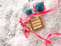 抽象空白背景圣诞节黑暗的装饰设计模式红色的星形 圣诞树和雪橇、丝带和圣诞节礼物 免版税库存图片