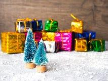 抽象空白背景圣诞节黑暗的装饰设计模式红色的星形 圣诞树和雪橇、丝带和圣诞节礼物 库存照片