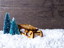 抽象空白背景圣诞节黑暗的装饰设计模式红色的星形 圣诞树和雪橇、丝带和圣诞节礼物 免版税库存照片
