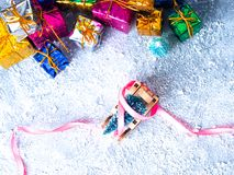 抽象空白背景圣诞节黑暗的装饰设计模式红色的星形 圣诞树和雪橇、丝带和圣诞节礼物 库存图片