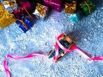 抽象空白背景圣诞节黑暗的装饰设计模式红色的星形 圣诞树和雪橇、丝带和圣诞节礼物 免版税图库摄影