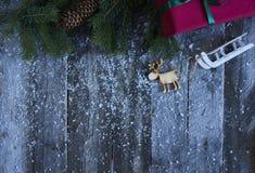 抽象空白背景圣诞节黑暗的装饰设计模式红色的星形 圣诞树,杉木锥体,礼物盒,雪 库存图片