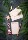 抽象空白背景圣诞节黑暗的装饰设计模式红色的星形 圣诞老人和姜饼曲奇饼的信件 图库摄影