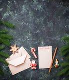 抽象空白背景圣诞节黑暗的装饰设计模式红色的星形 圣诞老人和姜饼曲奇饼的信件 免版税库存照片