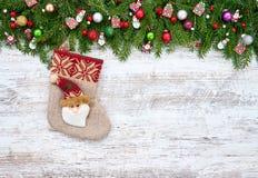 抽象空白背景圣诞节黑暗的装饰设计模式红色的星形 圣诞节与圣诞节袜子的杉树在木背景 库存图片