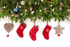 抽象空白背景圣诞节黑暗的装饰设计模式红色的星形 圣诞节与圣诞节袜子的杉树在白色木背景 免版税图库摄影