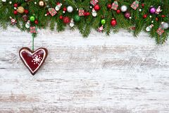 抽象空白背景圣诞节黑暗的装饰设计模式红色的星形 圣诞节与装饰心脏的杉树在木背景 图库摄影