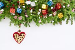 抽象空白背景圣诞节黑暗的装饰设计模式红色的星形 圣诞节与装饰的在白色背景的杉树和心脏 免版税图库摄影