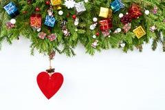 抽象空白背景圣诞节黑暗的装饰设计模式红色的星形 圣诞节与装饰的在白色背景的杉树和心脏 库存照片
