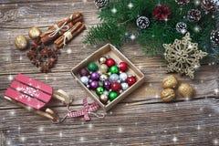 抽象空白背景圣诞节黑暗的装饰设计模式红色的星形 圣诞节与装饰的杉树分支 复制空间,顶视图 免版税库存照片