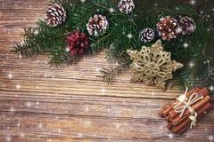 抽象空白背景圣诞节黑暗的装饰设计模式红色的星形 圣诞节与装饰的杉树分支 复制空间,顶视图 图库摄影