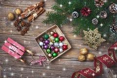 抽象空白背景圣诞节黑暗的装饰设计模式红色的星形 圣诞节与装饰的杉树分支 复制空间 库存图片