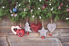 抽象空白背景圣诞节黑暗的装饰设计模式红色的星形 圣诞节与装饰的杉树在木背景 免版税库存照片