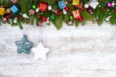 抽象空白背景圣诞节黑暗的装饰设计模式红色的星形 圣诞节与装饰的杉树在白色木板背景 免版税库存照片