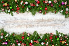抽象空白背景圣诞节黑暗的装饰设计模式红色的星形 圣诞节与装饰的杉树在白色木背景 免版税库存图片