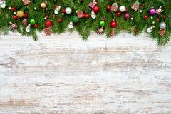 抽象空白背景圣诞节黑暗的装饰设计模式红色的星形 圣诞节与装饰的杉树在白色木背景 库存照片