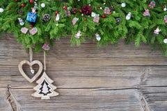抽象空白背景圣诞节黑暗的装饰设计模式红色的星形 圣诞节与装饰的杉树在老木背景 库存照片