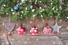 抽象空白背景圣诞节黑暗的装饰设计模式红色的星形 圣诞节与装饰的杉树在老木背景 免版税库存照片