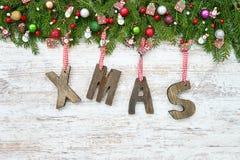 抽象空白背景圣诞节黑暗的装饰设计模式红色的星形 圣诞节与装饰礼物的杉树在木背景, 免版税库存照片