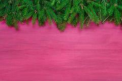 抽象空白背景圣诞节黑暗的装饰设计模式红色的星形 圣诞节在桃红色木背景的杉树 免版税图库摄影