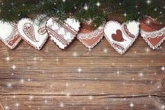抽象空白背景圣诞节黑暗的装饰设计模式红色的星形 圣诞节在老木背景的杉树和姜饼曲奇饼 库存图片