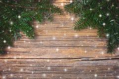 抽象空白背景圣诞节黑暗的装饰设计模式红色的星形 圣诞节在老木背景的杉树 复制空间,顶视图 库存图片