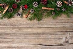 抽象空白背景圣诞节黑暗的装饰设计模式红色的星形 圣诞节在老木背景的杉树 免版税库存照片