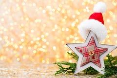 抽象空白背景圣诞节黑暗的装饰设计模式红色的星形 圣诞节星和圣诞老人帽子 问候汽车 图库摄影