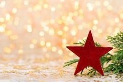 抽象空白背景圣诞节黑暗的装饰设计模式红色的星形 圣诞节星和圣诞老人帽子 问候汽车 库存图片