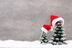 抽象空白背景圣诞节黑暗的装饰设计模式红色的星形 圣诞节星和圣诞老人帽子 问候汽车 免版税库存照片