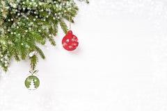 抽象空白背景圣诞节黑暗的装饰设计模式红色的星形 圣诞节杉树分支与装饰, bokeh纹理 复制空间 库存图片
