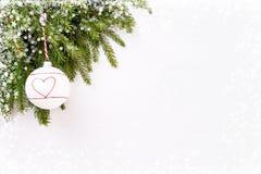 抽象空白背景圣诞节黑暗的装饰设计模式红色的星形 圣诞节杉树分支与装饰, bokeh纹理 复制空间 免版税库存图片