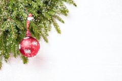 抽象空白背景圣诞节黑暗的装饰设计模式红色的星形 圣诞节杉树分支与装饰, bokeh纹理 复制空间 免版税图库摄影
