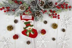 抽象空白背景圣诞节黑暗的装饰设计模式红色的星形 圣诞节杉树,在白色木板背景的圣诞节袜子 顶视图,平的位置 免版税图库摄影