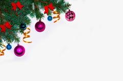 抽象空白背景圣诞节黑暗的装饰设计模式红色的星形 圣诞节框架由冷杉分支做成 新年` s玩具 圣诞节墙纸 平,顶视图 快活的Christm 库存照片