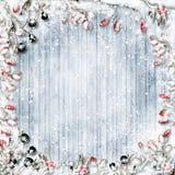 抽象空白背景圣诞节黑暗的装饰设计模式红色的星形 在一fr的积雪的红色和黑莓果 免版税图库摄影