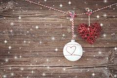 抽象空白背景圣诞节黑暗的装饰设计模式红色的星形 在木板背景的圣诞节球 复制空间 免版税库存图片