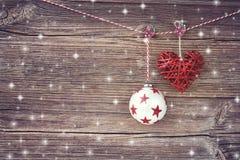 抽象空白背景圣诞节黑暗的装饰设计模式红色的星形 在木板背景的圣诞节球 库存照片