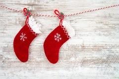 抽象空白背景圣诞节黑暗的装饰设计模式红色的星形 在木背景的两只圣诞节红色袜子 图库摄影
