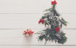 抽象空白背景圣诞节黑暗的装饰设计模式红色的星形 在杉树的礼物盒在白色木头 免版税库存照片