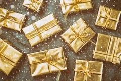 抽象空白背景圣诞节黑暗的装饰设计模式红色的星形 在板岩背景的金黄礼物盒 平的位置,顶视图 库存照片